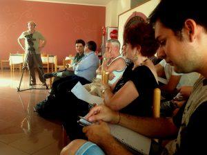 Nel salone della Residenza Alberghiera Italia di Luni Mare (SP) Giorgio Ricci (sullo sfondo) fa le riprese per il backstage