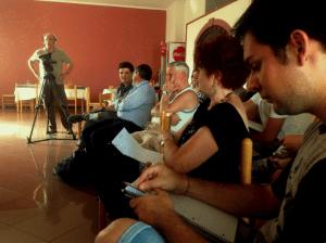 Un gruppo di partecipanti durante una lezione di cinema, dal corto 1° Festa del cinema corto (lo vedrete nella 156a puntata)