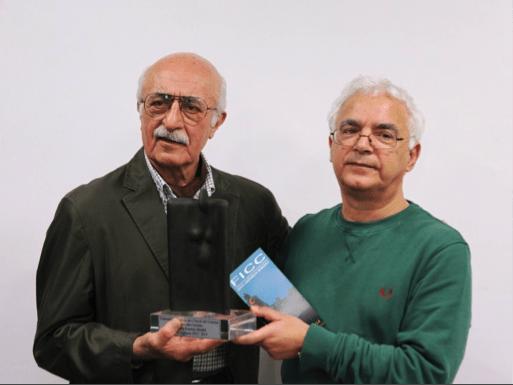 Kamran Shirdel (a sinistra) riceve il Premio (una scultura riproducente la Dea Madre) dal Presidente FICC Marco Asunis (Foto di Franco Montis)