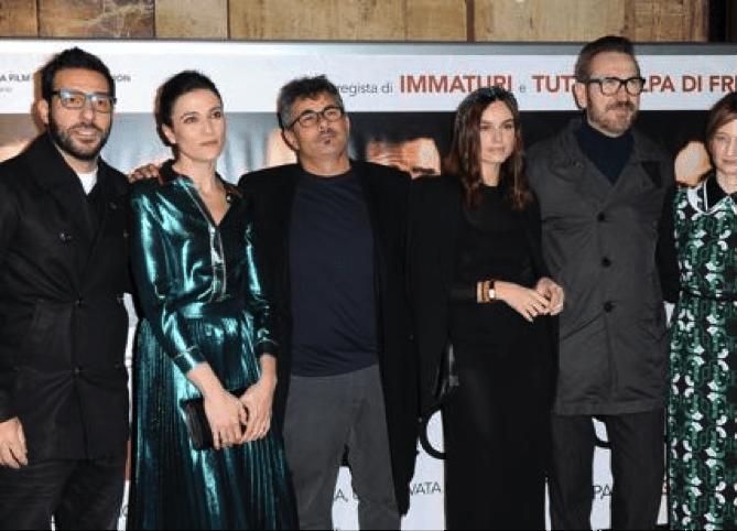Il regista Paolo Genovese (terzo da sinistra) insieme ad alcuni attori del film