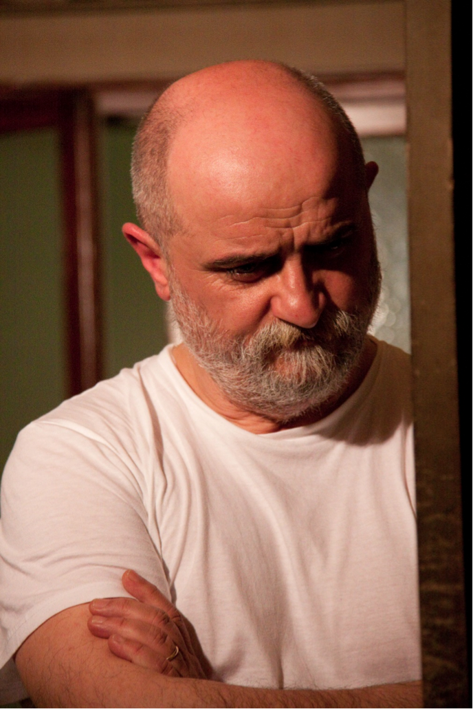 Roberto Merlino attore durante una rappresentazione teatrale